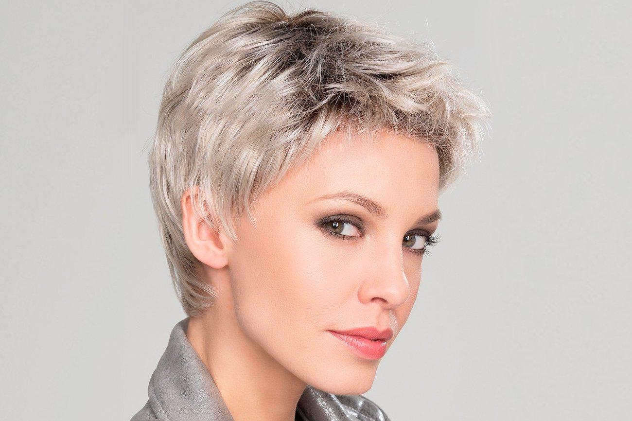 mujer con peluca color plata